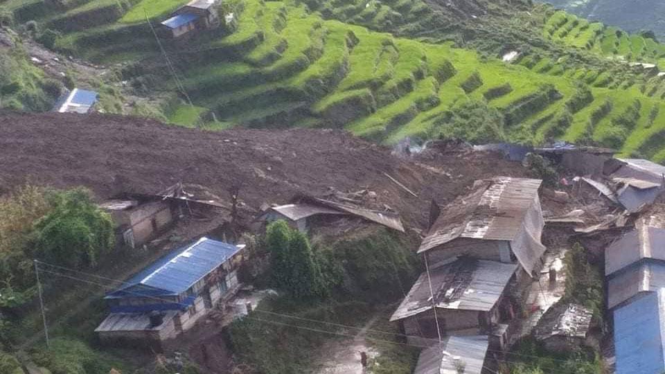 सिन्धुपाल्चोकको लिदी गाउँका १३ घर पुरियो, १५ जना घाइते , हेलिकप्टरबाट उद्धार टोली पठाइँदै