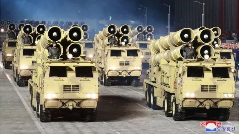 उत्तर कोरियाः मध्यरातमा भएको भव्य सैन्य शक्ति प्रदर्शनमा देखिए ब्यालेस्टिक मिसाइल र नयाँ हतियार