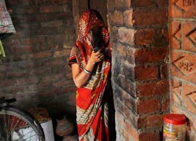 आफ्नै पत्नीलाई जुवाको दाउमा राखे एक पुरुषले, जित्नेले गरे बलात्कार ?